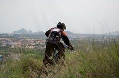 El competir con en declive de la bici de montaña Fotografía de archivo