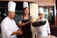 HUA HIN, TAILANDIA - 29 DE DICIEMBRE: Na de Li de China que cocina la comida tailandesa (cojín tailandés). Antes de la invitación  Imágenes de archivo libres de regalías
