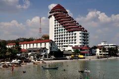 Hua Hin, Tailandia: Hotel e spiaggia di località di soggiorno Immagini Stock