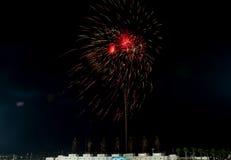 HUA HIN, TAILANDIA - Jan1,2016: El fuego artificial celebra Año Nuevo en Imagen de archivo libre de regalías