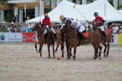 HUA HIN, THAÏLANDE - 25 AVRIL : L'Inde Polo Team (blanc-rouge) joue contre la Thaïlande Polo Team (blanc) pendant 2015 la plage P Images libres de droits