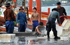 Hua Hin, Thaïlande : Pêcheurs lavant des caisses Photos stock