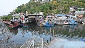 HUA HIN, THAILAND - Dec23,2015: Vele vissersboten die in het visserijdorp parkeren, huahin, Thailand stock video