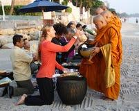 HUA HIN, THAILAND - DEC 28: Victoria Azarenka av Vitryssland lönrespekt till munkar. För tennis Invitati för värld för tennismatch Arkivfoto
