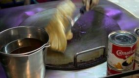 HUA HIN, THAILAND - December 8, 2017: Het koken van Thaise eierenpannekoek op de straat op Hua Hin stock footage
