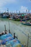HUA HIN, THAILAND, 11/05/2018: Den THAILÄNDSKA fiskareuppehället förtjänar och landningfartyget på fjärden av HAU HIN THAILAND Arkivbild