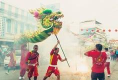 Hua Hin Thailand - Februari 18, 2015: År för beröm för thailändskt folk kinesiskt nytt med en ståta som ledas av en drake i Hua H Royaltyfria Bilder