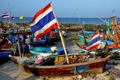 Hua Hin, Thailand: Fischerboote mit thailändischer Flagge Stockfotos