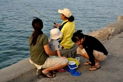 Hua Hin Thailand: Kvinnor och barnfiske Arkivfoton