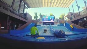 Hua Hin, Thailand, 27 november 2015 Surfende golfpool Vakantievermaak in pool voor het surfen wordt gebouwd die 1920x1080 stock footage