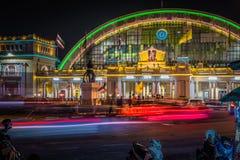 Hua Lamphong j?rnv?gsstation eller Bangkok Grand Central slutlig j?rnv?gsstation p? natten royaltyfria foton
