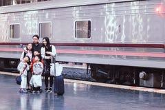Hua Lampong järnvägsstation Bangkok, Thailand - December, 2018: Asiatisk familjtagandeselfie på året 2019 för lycklig ferie för p royaltyfri bild
