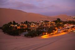 Huacachina绿洲在晚上, Ica地区,秘鲁 免版税图库摄影