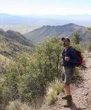 Huachuca陡峭的山峰足迹的一个远足者 库存图片