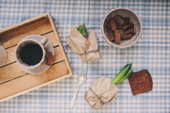 舒适冬天早晨在家 咖啡、牛奶和巧克力在木盘子 在背景的Huacinth花 温暖的心情 免版税库存照片