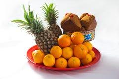 Huah Kueh, Huat Kuih, ångade muffin för rismjöl, ananas och apelsiner Arkivfoto