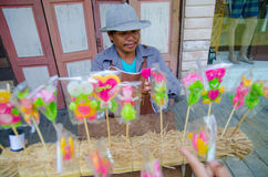 HUAHIN, Ταϊλάνδη: Άτομο που γίνονται και πωλώντας καραμέλα Στοκ εικόνα με δικαίωμα ελεύθερης χρήσης
