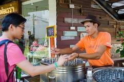 HUAHIN, Tailândia: Homem que vende o gelado Imagens de Stock