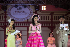 HUAHIN THAILAND-29APR, 2016年:壮丽的场面错过huahin 2016年,衣物 免版税库存照片