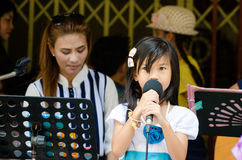 HUAHIN, Thailand : Little girl singing. In Plernwan One of popular vintage market landmark and many ativity located at Petchkasem Road Royalty Free Stock Images