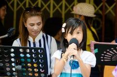 HUAHIN Thailand: Sjunga för liten flicka Royaltyfria Bilder