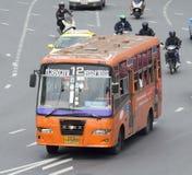 12 Huai Khwang - Handelsministerium-Straßenbusauto Lizenzfreies Stockfoto