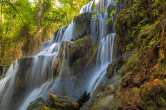 Huai Lao Waterfall in regenwoud bij Loei-Provincie in Thailand, Zachte nadruk Stock Fotografie