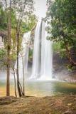 Huai Luang siklawa, także znać jako Namtok Huai Luang lub Namtok Bak Teo Siklawa znurza się w dół trzy kroka od elevat Zdjęcie Stock