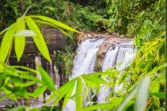Huai Luang siklawa, także znać jako Namtok Huai Luang lub Namtok Bak Teo Siklawa znurza się w dół trzy kroka od elevat Zdjęcia Stock