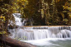 Huai Mae Kamin водопад расположено на нации запруды Srinakarin стоковое фото rf