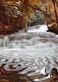 Huai Mae Kamin водопад расположено на нации запруды Srinakarin стоковые фотографии rf