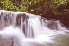 Huai Mae Kamin The-de waterval wordt gevestigd op Srinakarin-Damnatie stock foto's