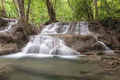 Huai Mae Kamin siklawy Srinakarin tama w Kanchanaburi zdjęcie stock