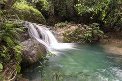 Huai Mae Kamin vattenfallSrinakarin fördämning i Kanchanaburi royaltyfria bilder