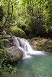 Huai Mae Kamin vattenfallSrinakarin fördämning i Kanchanaburi royaltyfri bild