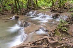 Huai Mae Kamin vattenfallSrinakarin fördämning i Kanchanaburi fotografering för bildbyråer