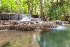 Huai Mae Kamin vattenfallSrinakarin fördämning i Kanchanaburi arkivfoto