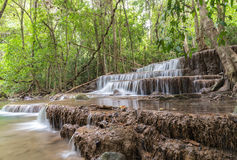 Huai Mae Kamin-Wasserfall Srinakarin-Verdammung in Kanchanaburi lizenzfreies stockbild