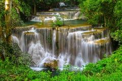 Huai Mae Khamin Waterfall Beautiful au milieu de forêt tropicale Kanjanaburi, Thaïlande photos stock