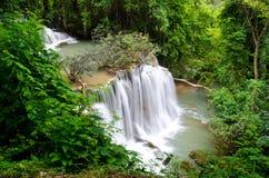 Huai Mae Khamin Waterfall in de wildernis van Srinakarin-Dam Kanchanaburi Royalty-vrije Stock Foto's