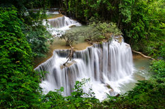 Huai Mae Khamin Waterfall in de wildernis van Srinakarin-Dam Kanchanaburi Royalty-vrije Stock Fotografie