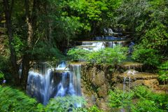 Huai Mae Khamin Waterfall Khuean Srinagarindra nationalpark Kanchanaburi, Thailand royaltyfri fotografi