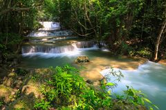 Huai Mae Khamin Waterfall Khuean Srinagarindra nationalpark, tropisk skog, härlig vattenfall och populärt med turister för a royaltyfri fotografi