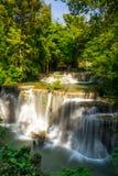 Huai Mae Khamin Waterfall : Rangée 4, Kanchanaburi, Thaïlande photographie stock libre de droits