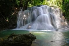 Huai Mae Khamin Waterfall : Rangée 3, Kanchanaburi, Thaïlande photographie stock libre de droits