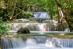 Huai Mae Khamin Waterfall : Rangée 1, Kanchanaburi, Thaïlande images libres de droits