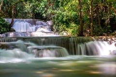 Huai Mae Khamin Waterfall : Rangée 1, Kanchanaburi, Thaïlande images stock
