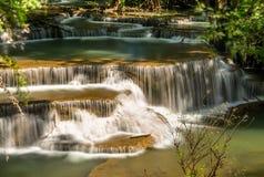 Huai Mae Khamin Waterfall : Rangée 4 Kanchanaburi, Thaïlande image libre de droits