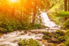 Huai Sai Lueang Waterfall con il chiarore della lente Fotografia Stock Libera da Diritti