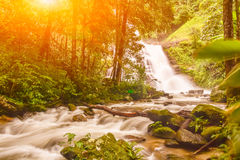 Huai Sai Lueang Waterfall con la llamarada de la lente Fotografía de archivo libre de regalías